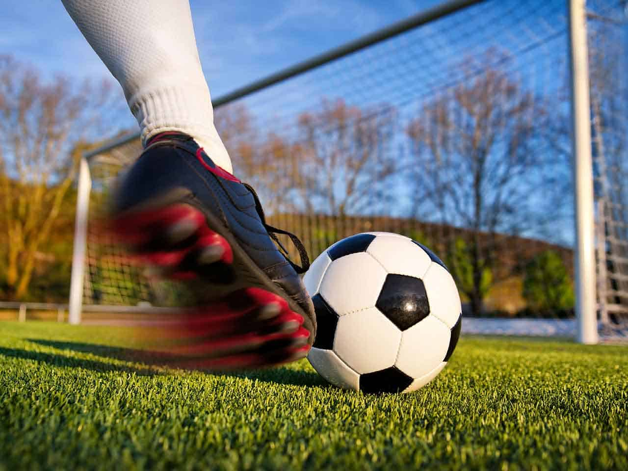 bayesian networks for unbiased assessment of referee bias in football